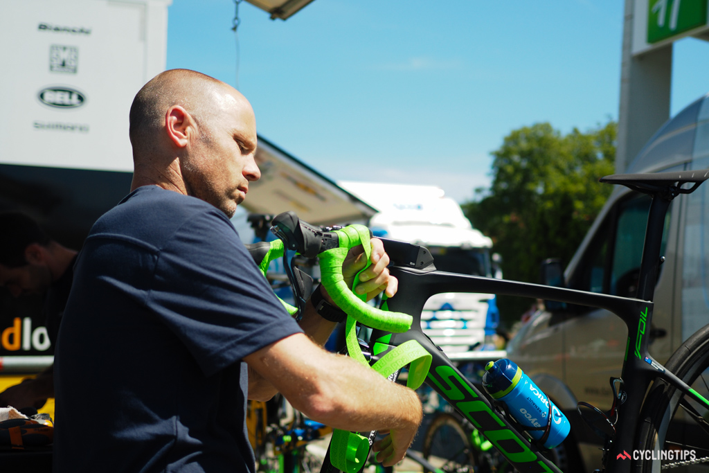 Orica-GreenEdge mechanic Craig Geater took barely a couple of minutes to wrap the bars on Michael Matthews' Scott Foil.