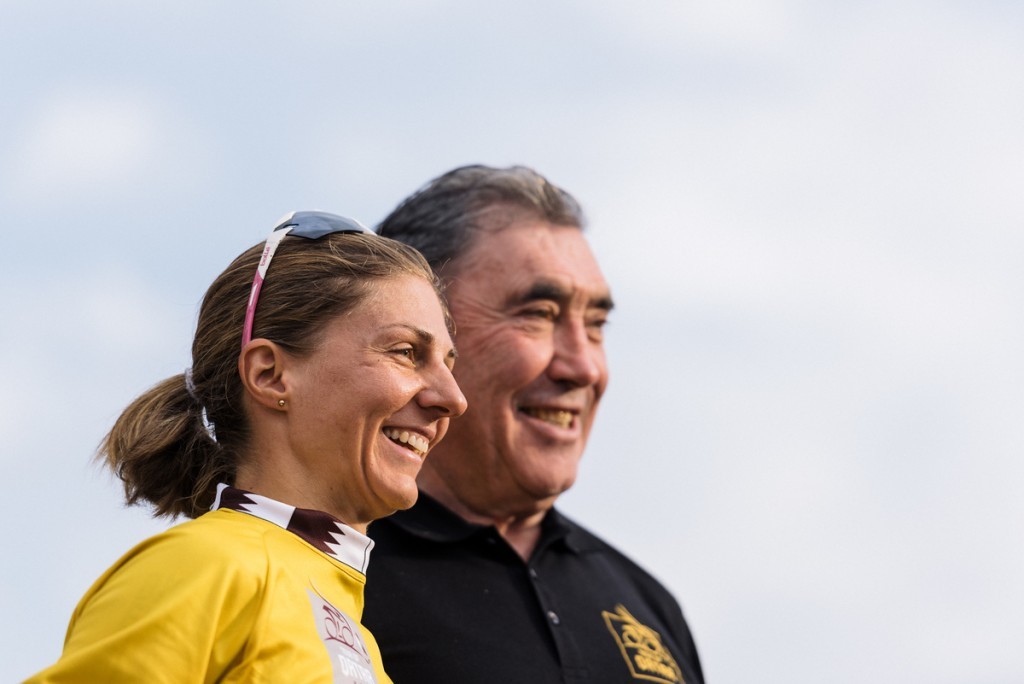 New leader Katrin Garfoot (Orica-AIS) in the golden leader's jersey, together with Belgian cycling legen Eddy Merckx.