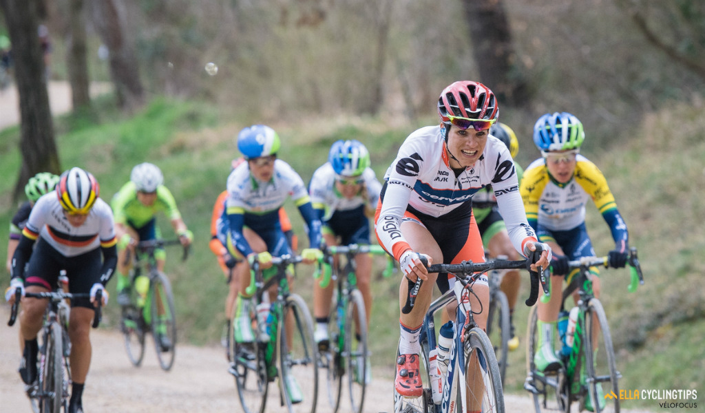 Joëlle Numainville (Cervélo-Bigla) gives her all across the gravel in the 2016 Strade Bianche.
