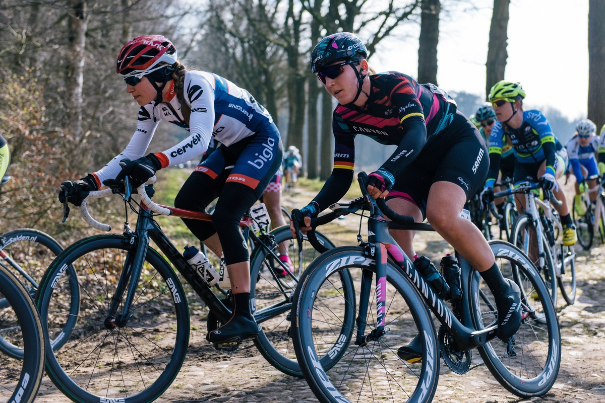 After having lost contact with the front group, Lisa Brennauer (Canyon-SRAM) was able to help out her teammates when the two pelotons rejoined.