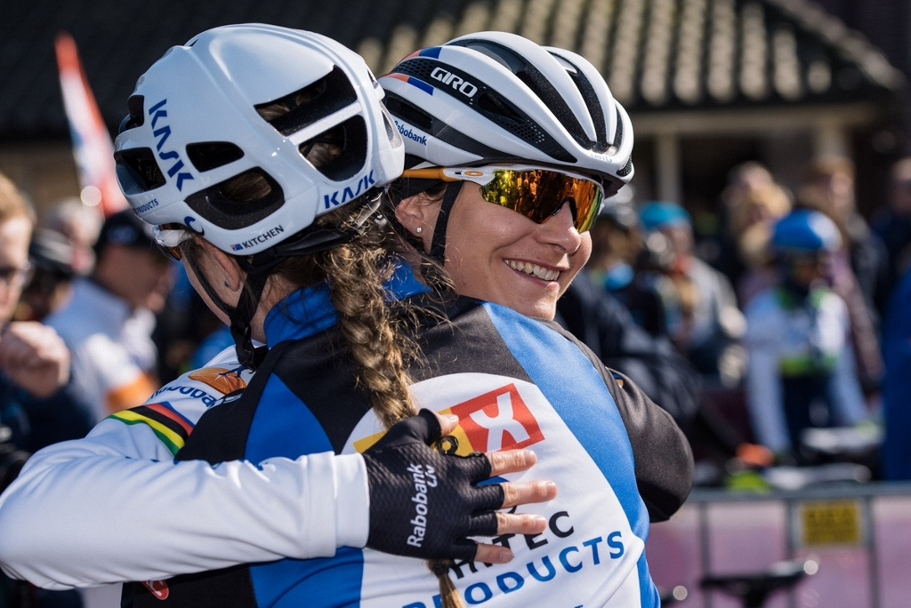 A welcome back hug for Marianne Vos from Lauren Kitchen.