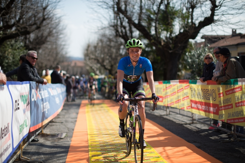 A smiling Floortje Mackaij (Liv-Plantur) rolls to the sign-on of the Trofeo Alfredo Binda in the young rider jersey.