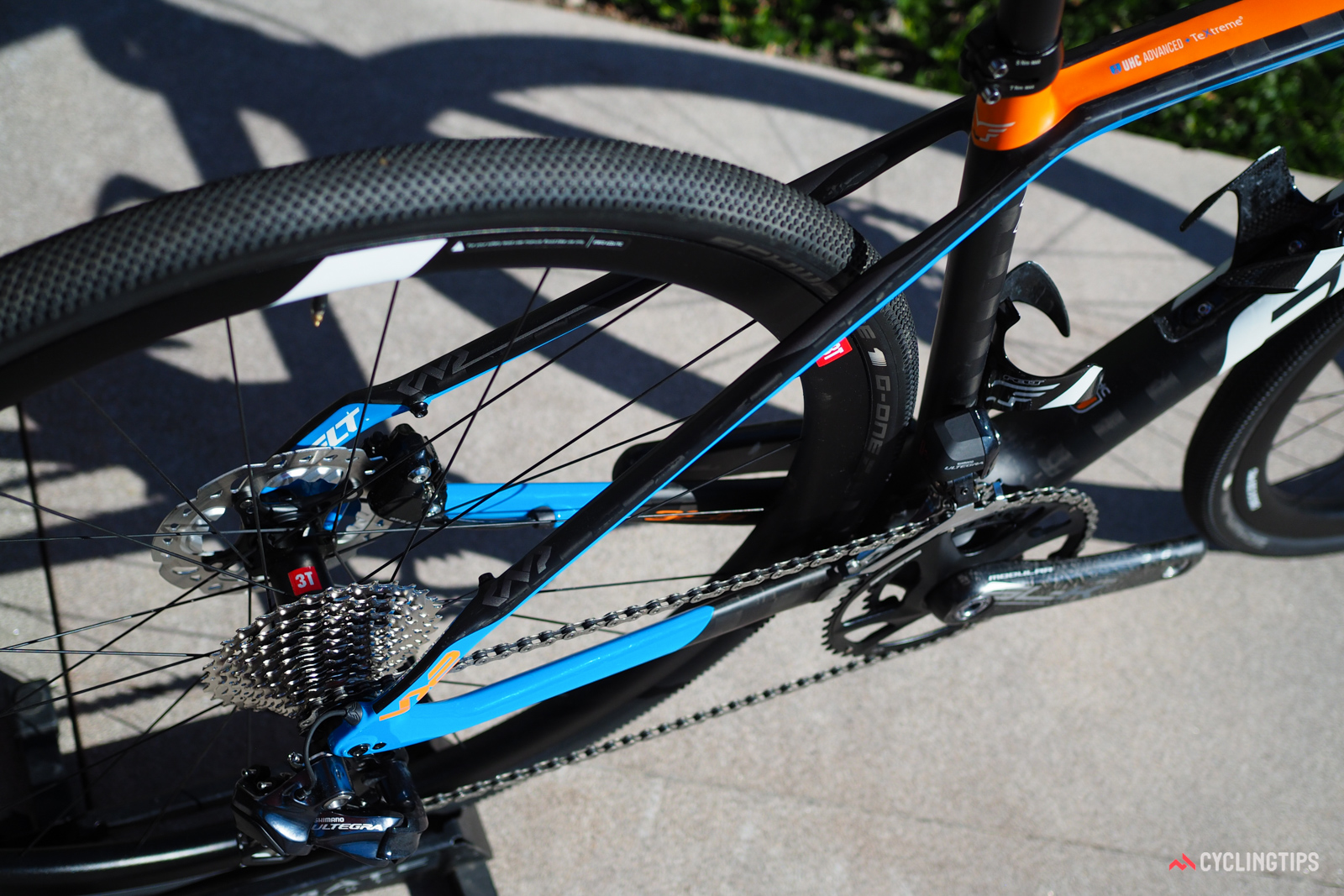 Whereas the FR seatstays are only modestly shaped, the ones on the VR feature more dramatic changes in cross-section.