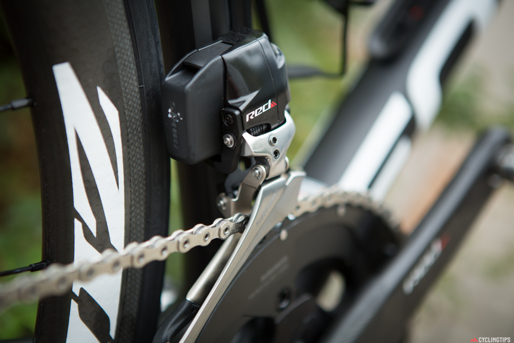 The motor sound of the front derailleur is nearly identical to Di2. When shifting, there's a small overshift that takes place and then the derailleur backs off again.