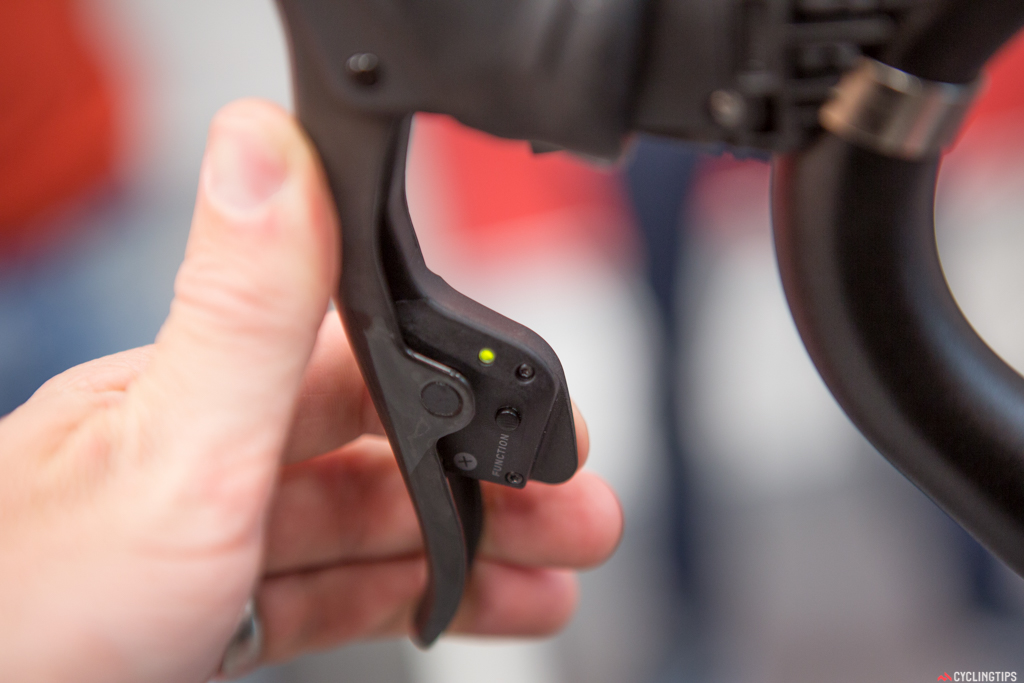 A LED indicator shows battery life (green and red) of the shifter as well as an indication that a signal has been transmitted. Also, a function button allows the pairing and micro-adjustment of the shifting that can be done while riding.