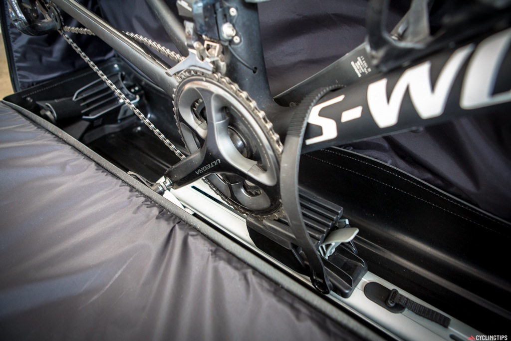 The railing inside the case (doubling as the workstand base) protects the chainring with a firm rubber block. Tip: always put the chain in the big ring when transporting your bike