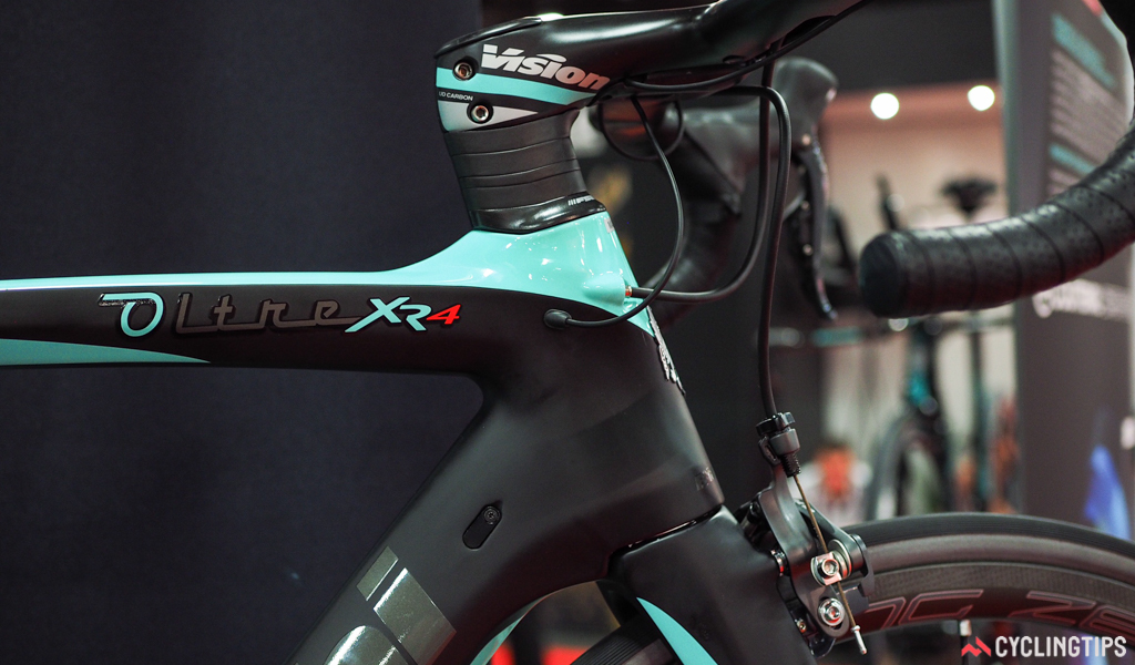 The internal cable routing can accommodate both electronic and mechanical drivetrains, although the exposed wiring suddenly looks a bit crude as compared to some of the competition's totally hidden setups.
