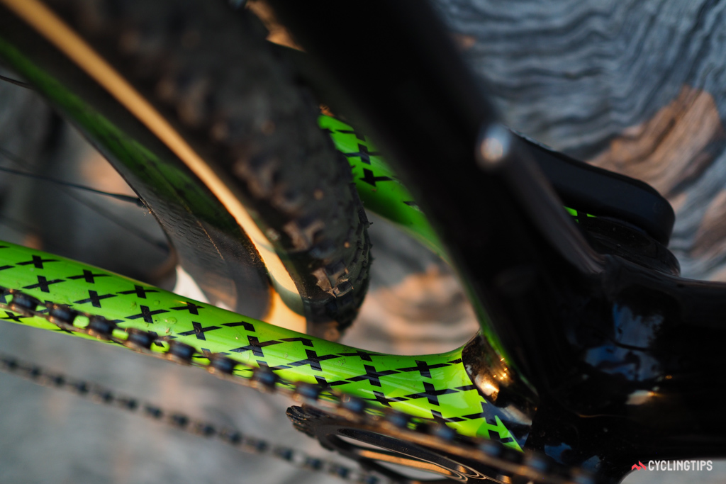 Tire clearance on the SuperX is truly impressive with up to a 40mm-wide casing fitting between the stays.