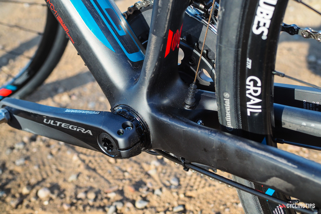 GT avoids the creaking that typically plagues PF30 shells by using a Praxis conversion bottom bracket with the Shimano crankset. The novel expanding collet design wedges tightly against the inside of the bottom bracket shell and has proven to run silently - but not in this case.