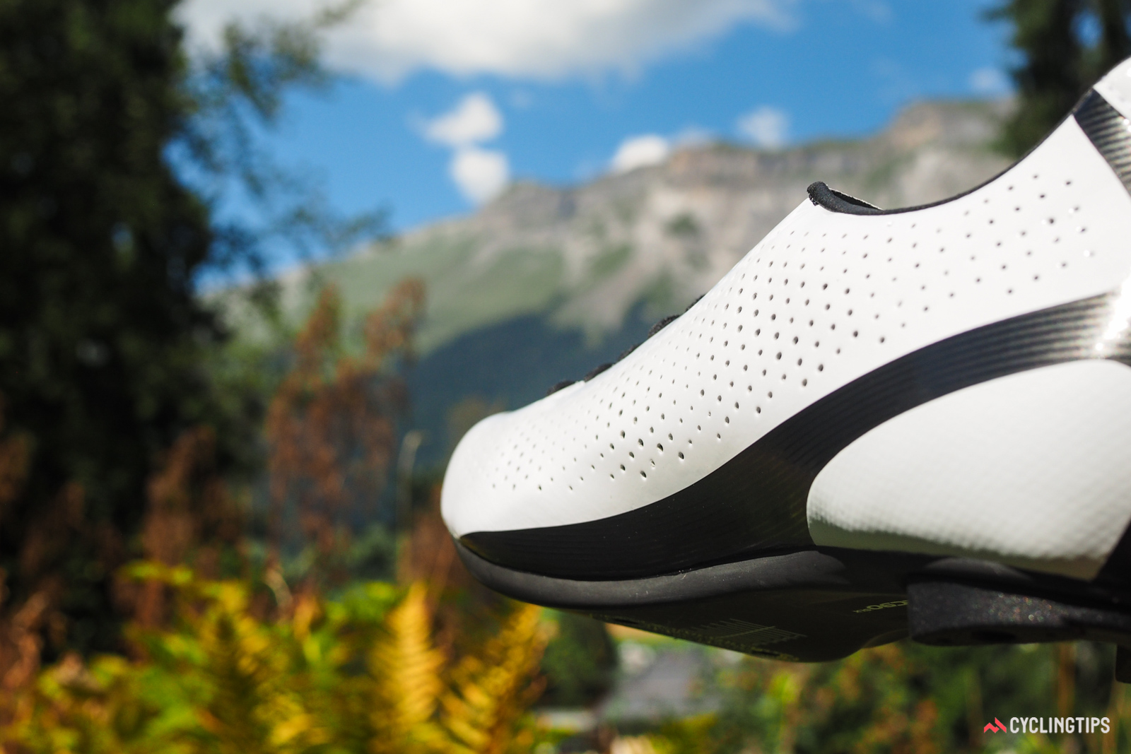 """As is typical with Giro shoes, arch support is built into the insole, not the carbon plate itself. The intentionally flat plate shape supposedly allows for more of a """"spillover"""" effect to accommodate a wider range of foot shapes and sizes. However, the Evofiber SL synthetic upper material is extremely resistant to stretch, so any riders with foot anomalies should definitely try these on first before buying."""