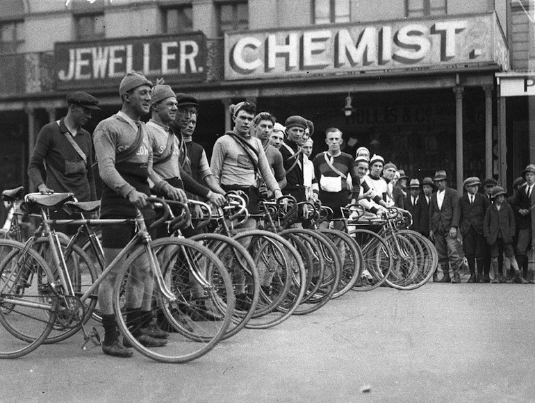 Competitors take to the startline of the Goulburn to Sydney race, circa 1930.