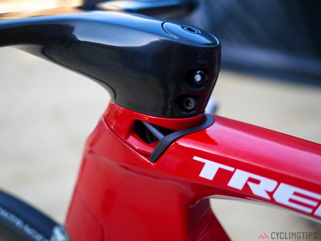 On the left side of the headset it is possible to see the rear brake cable enter the toptube.