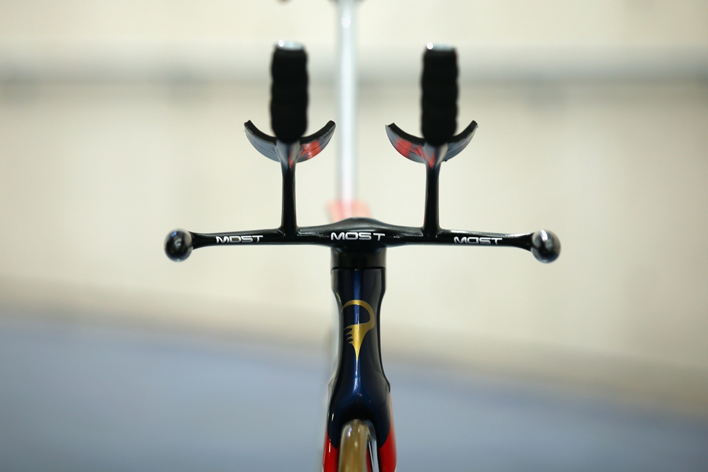 The Pinarello Bolide HR contains a completely re-designed one-piece handlebar system to optimise Wiggins' interaction with the bike. Laser Sintering Technology has been applied to create a deeply re-shaped titanium handlebar, including the removal of the brakes, gear levers and an innovative arm rest area to reduce air pressure and drag.