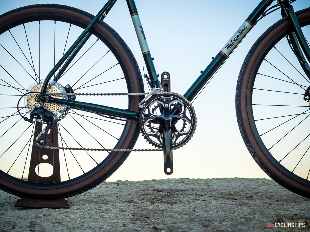 The 2x11 transmission combines 50/34T chainrings with an 11-32T cassette.