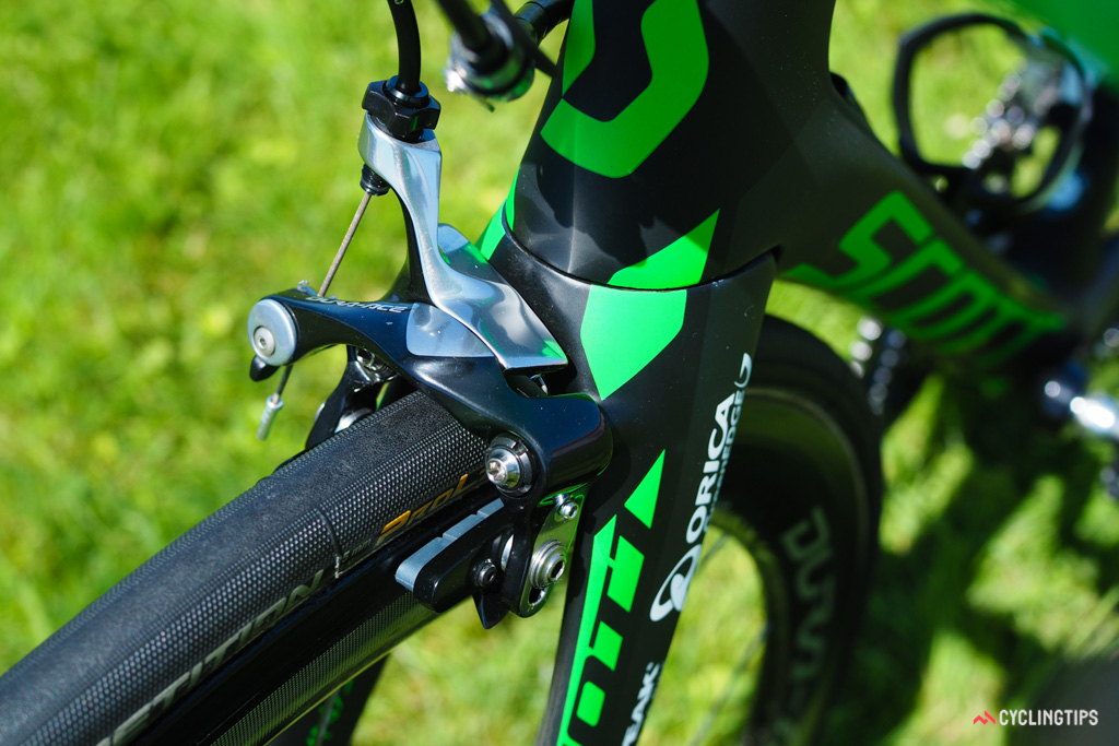 The direct-mount front brake caliper is fitted with Shimano carbon-specific pads.