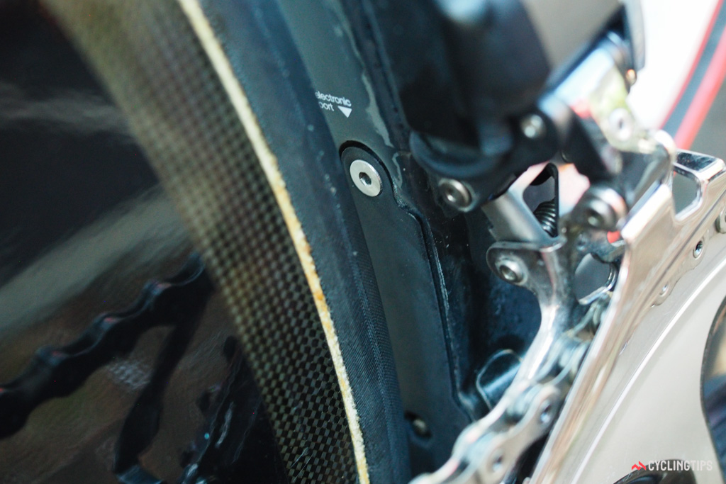 While the junction box is left out in the open for easier servicing, the Shimano Di2 battery is hidden away inside the seat tube.