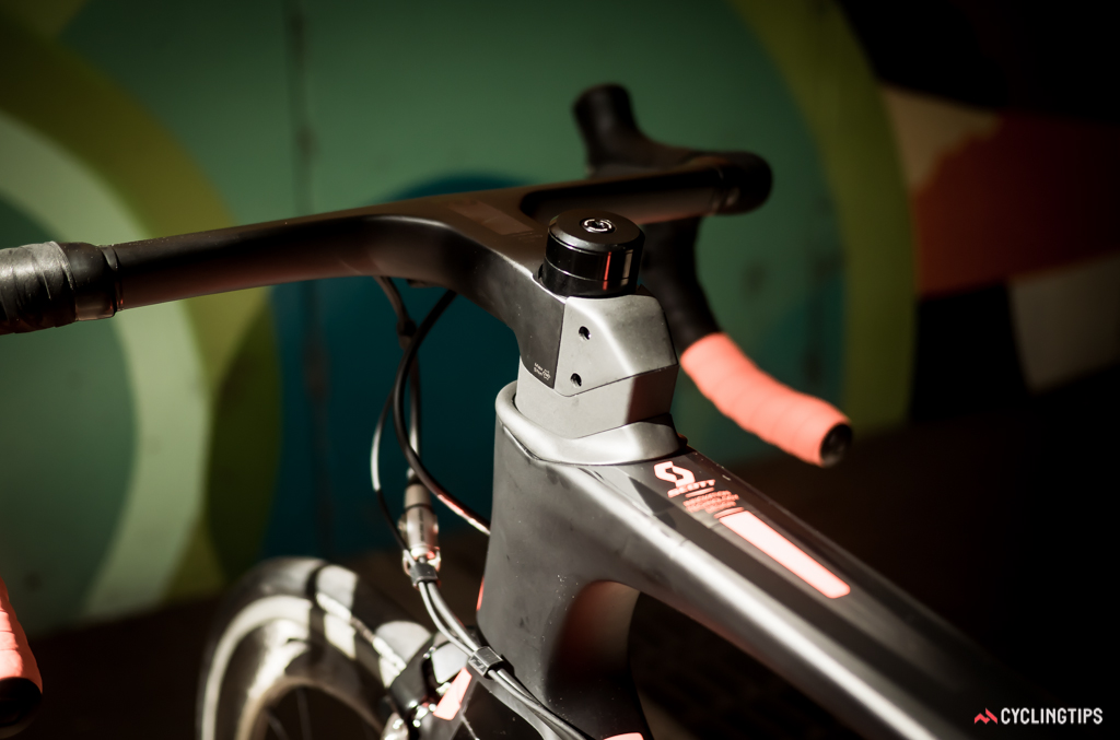 Specially-shaped pieces are used to integrate the stem with the top- and head-tubes of the Foil.