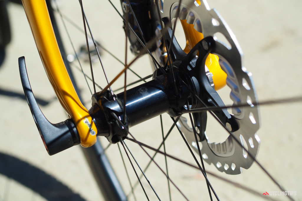 Straight-pull spokes are used on both rim brake and disc brake models.