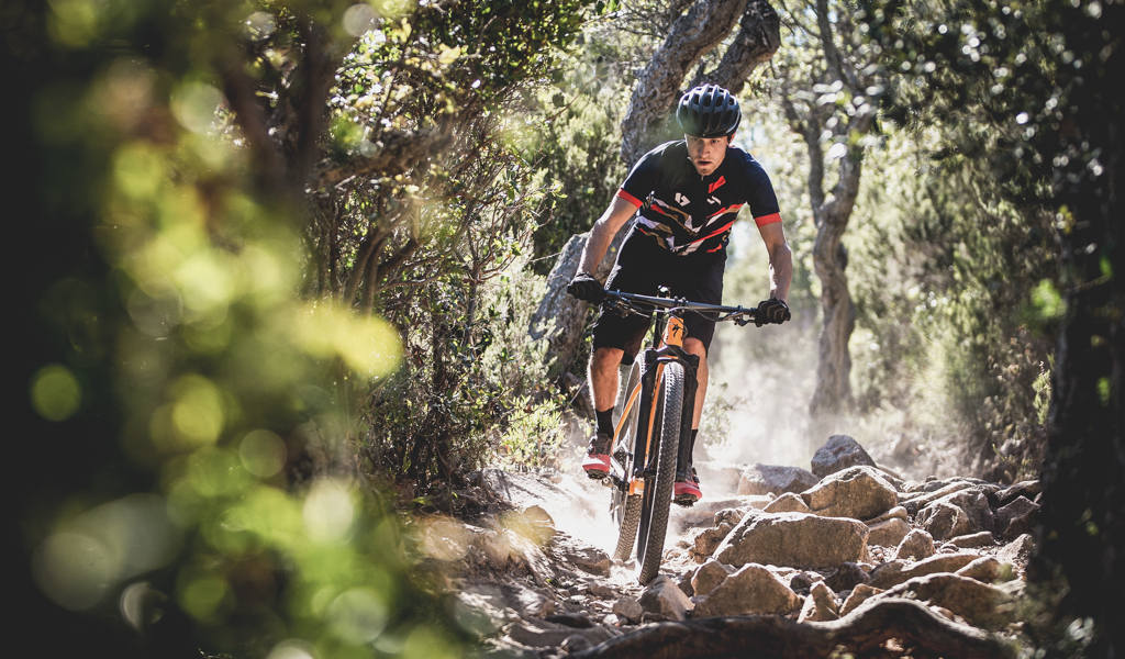 Dropping the Epic into one of many dust-filled rock gardens