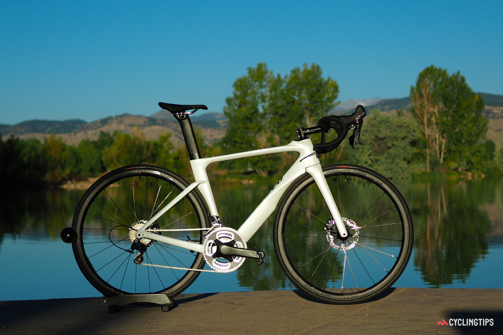 Many found the aesthetics of disc brakes to be off-putting when they first started appearing on road bikes, but this version arguably looks better than the rim brake edition.