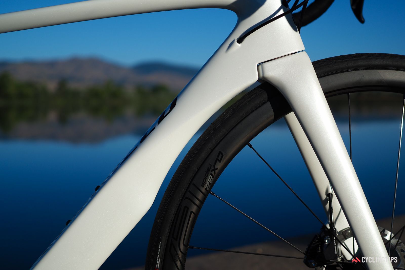 Specialized claims the aerodynamics of this area are actually better than on the rim brake version. Credit goes to the narrower fork crown area.