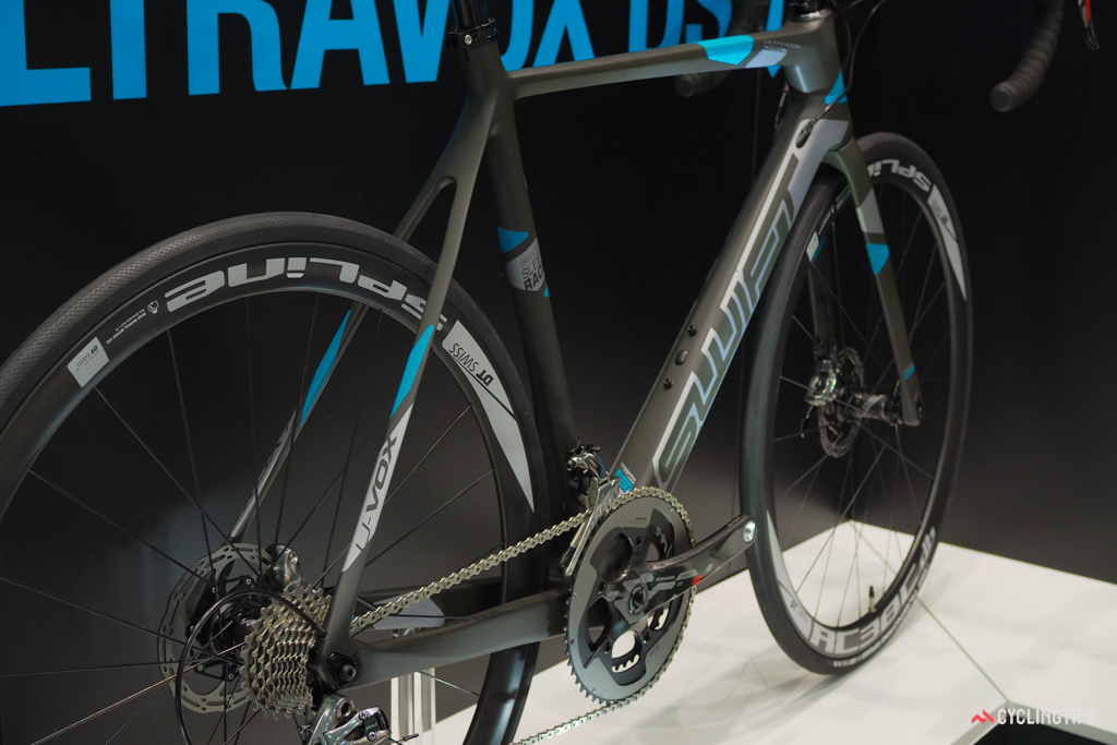 With no external cables and no brakes mounted up high, the new SwiftCarbon Ultravox DSQ looks rather sleek.