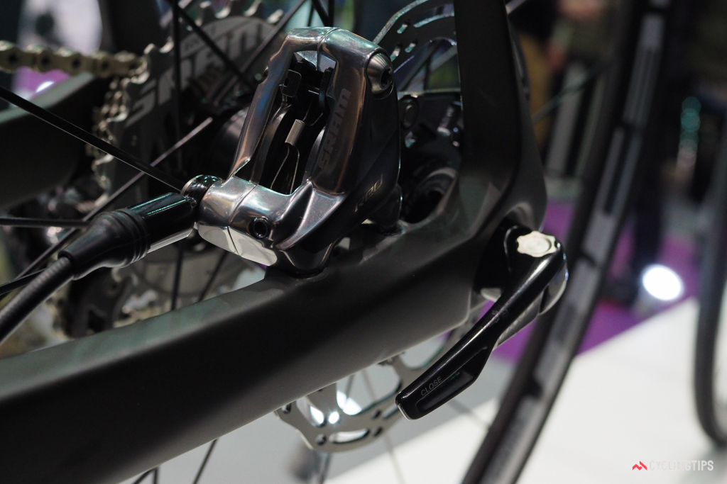 The rear end of the SwiftCarbon Ultravox DSQ uses a 142x12mm thru-axle and a flat-mount disc calliper.