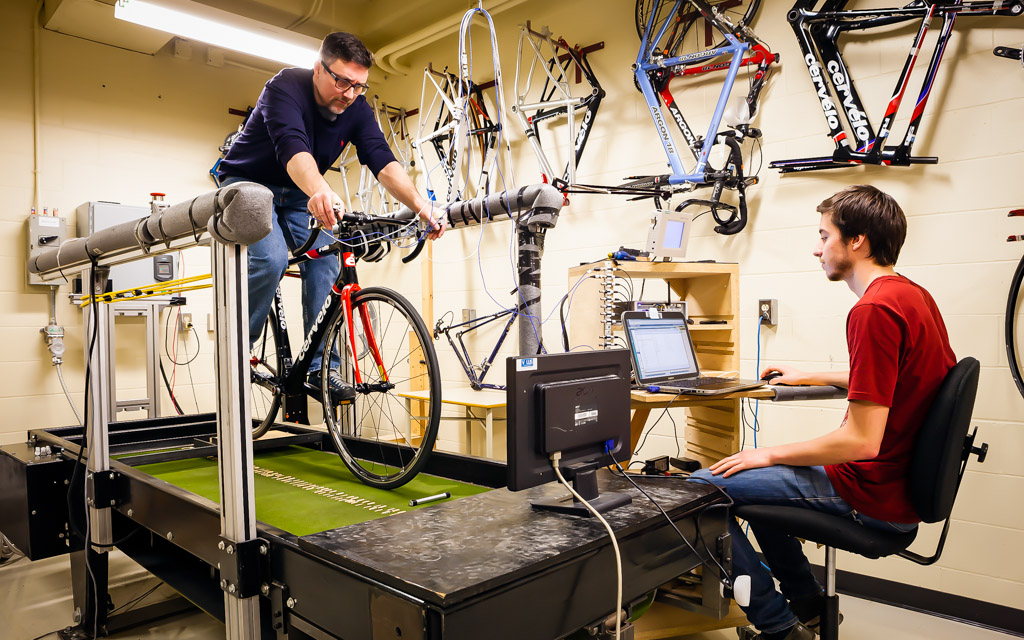 Jean-Marc Drouet (on the bike) and Mathieu Dorion (at computer) carrying out impact testing on a treadmill in the VÉLUS lab.