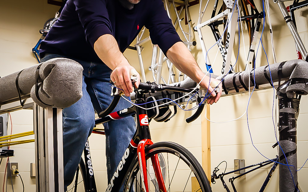 Purpose-built instrumented brake hoods allow researchers at VÉLUS to measure the force and the acceleration transmitted to the hands of the rider.