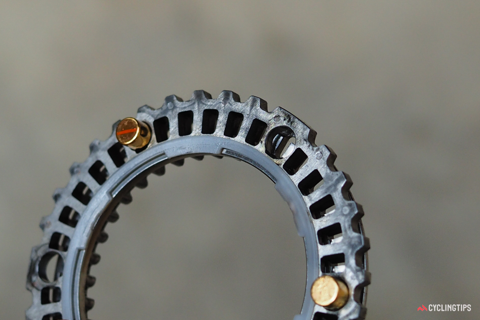 Three magnets pull the ratchet rings against each other, similar to what steel springs would do in a conventional hub.