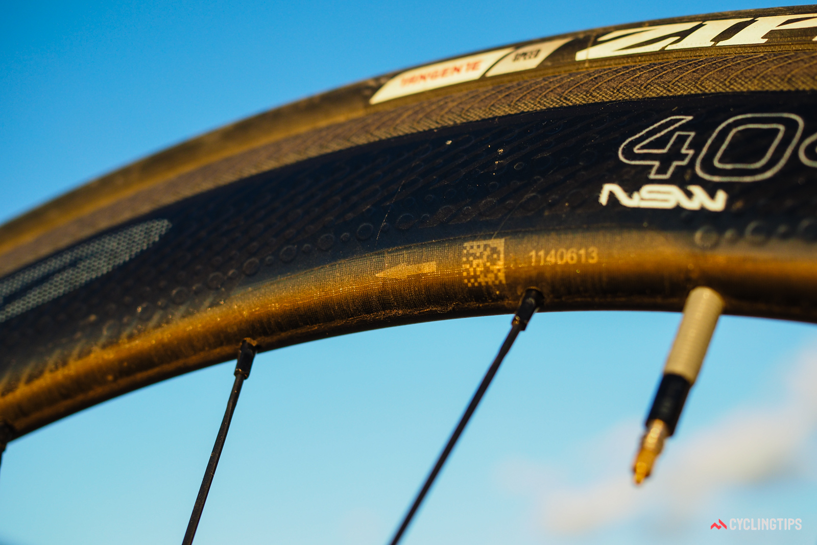 Because of the dimpling pattern and the shape of the sidewall grooves, the rims are marked with a directional arrow.