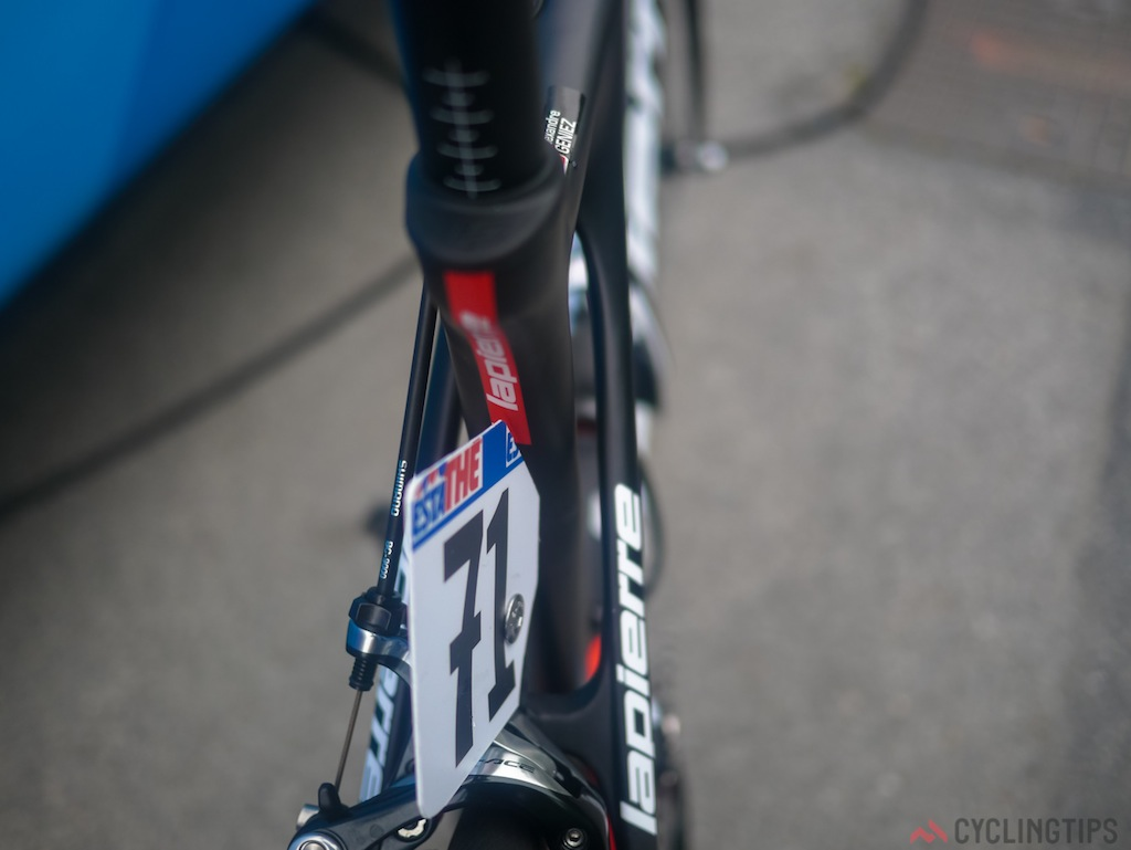 You can clearly make out a good 5mm of gap between the seat tube and seat stays.
